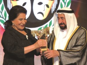 soad-حاكم الشارقة مكرما النجمة الخليجية الكبيرة سعاد عبد الله