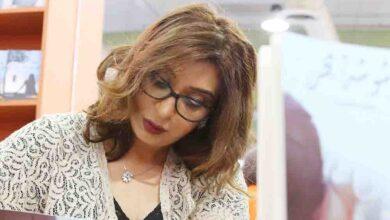 Photo of الكاتبة خالدة الثويني بعد إصدارها الأول وشوشة بحر