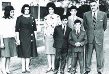 Photo of جمال عبد الناصر يحمل عروسه تحية كاظم في ليلة الزفاف