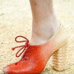 البوتات المرتفعة وأحذية الستينيات والألوان الصارخة موضة 2019