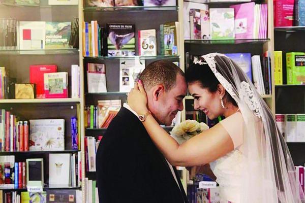 حفل زفاف داخل مكتبة.. أحدث تقاليع الزواج